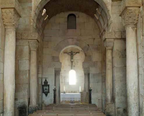 Interior de la iglesia visigótica de San Pedro de la Nave