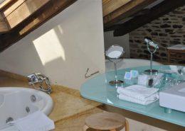Habitación con bañera de hidroamasaje en Sanabria