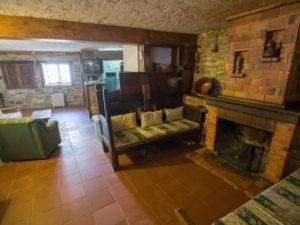 Salón cocina con chimenea en Montesinho