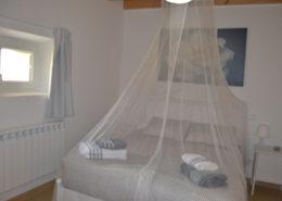 Habitación con mosquitera